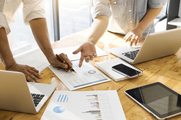 Reunião de equipe discutindo estratégias e resultados de marketing